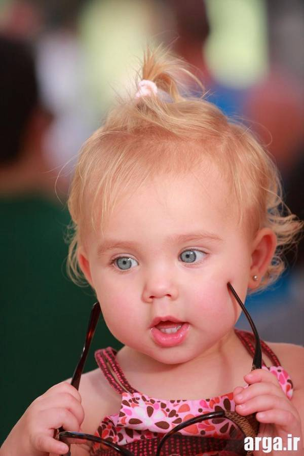 کودکی با موهای بور