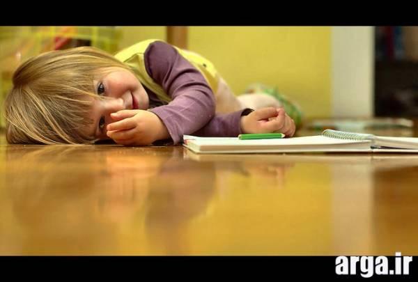 کودک در حال نقاشی