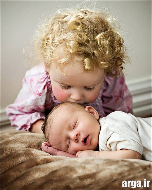 کودک در حال محبت