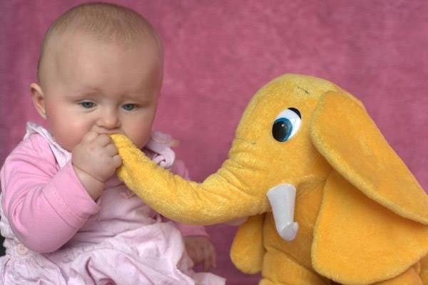 کودک با عروسک