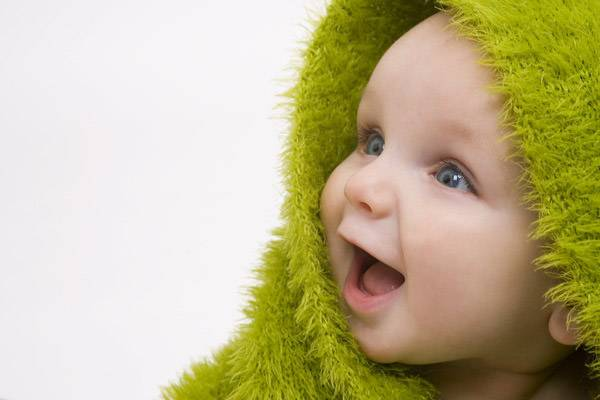 کودک با حوله سبز