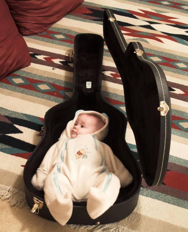 کودک در گیتار