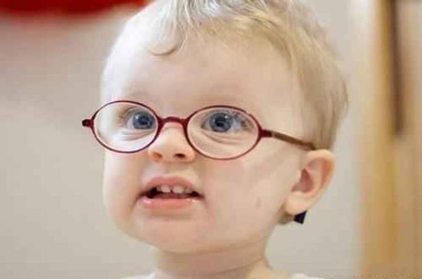 کودک با عینک