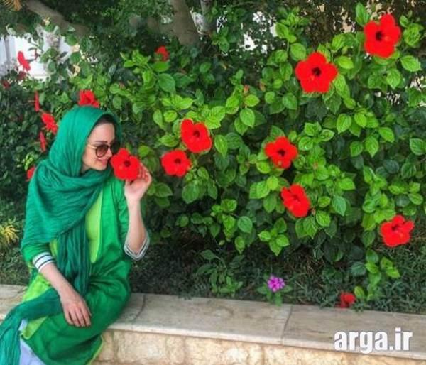 عکس بهنوش طباطبایی کنار گل