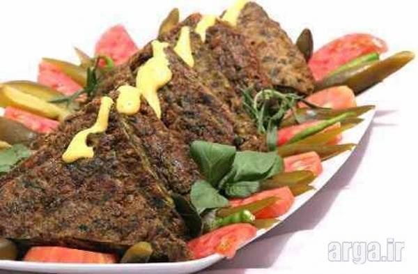 تزئین کوکو سبزی با گوجه و سبزی