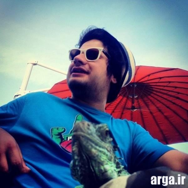 علی صادقی با لباس آبی