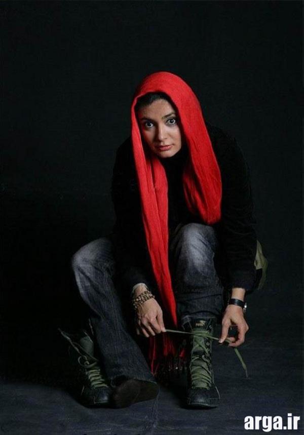 کیانی با شال قرمز