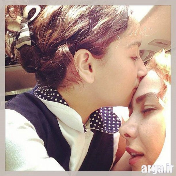 بوسه دختر نعمتی بر مادرش