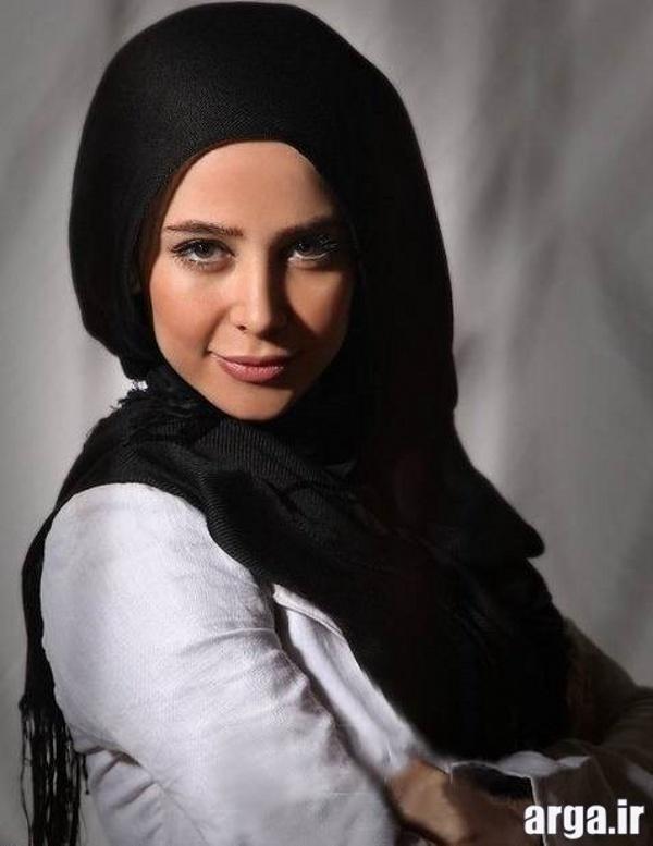 الناز حبیبی با شال مشکی