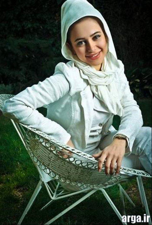 الناز حبیبی با شال سفید