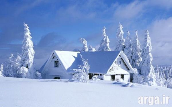 تصویری زیبا از یک کلبه در منظره برفی