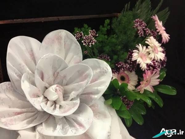 تزیین پارچه بله برون به شکل گل