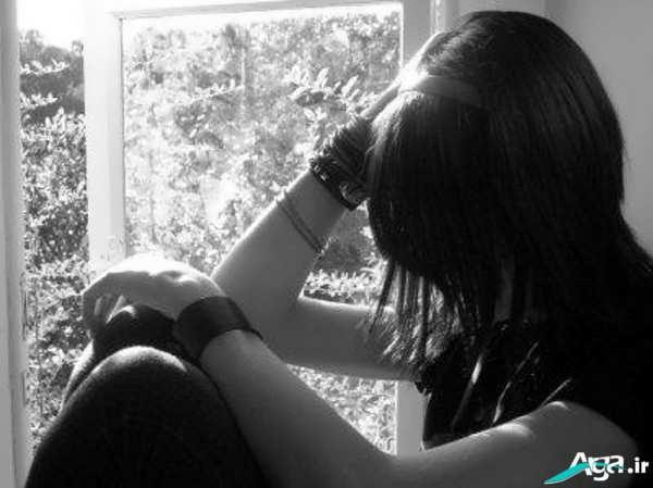 تنهایی دختر غمگین