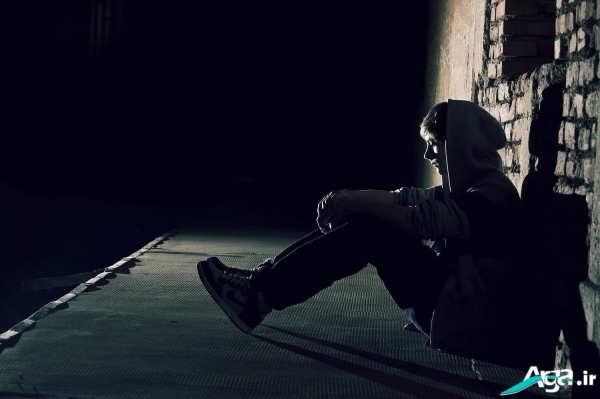 تنهایی پسر غمگین