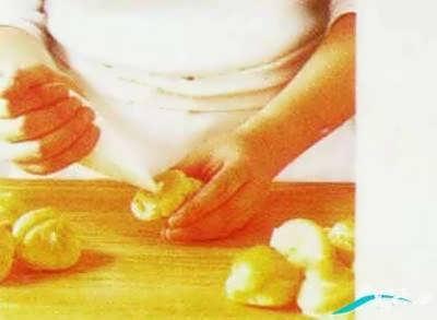 قرار دادن خامه در درون نان خامه ای