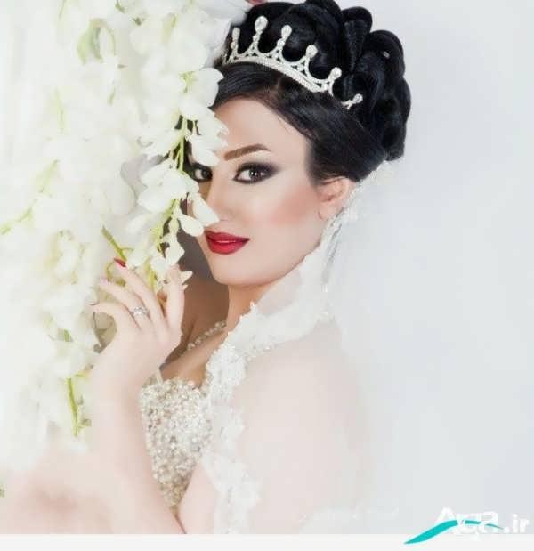 شینیون موی مشکی عروس همراه با تاج