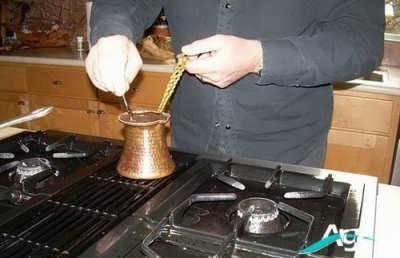 مخلوط کردن قهوه ترک با آب و شکر