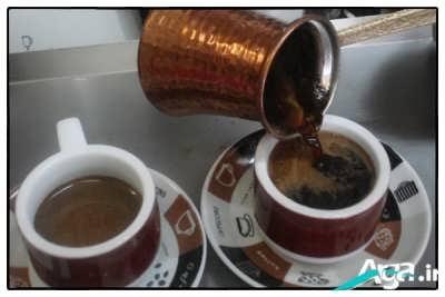 ریختن قهوه ترک در فنجان