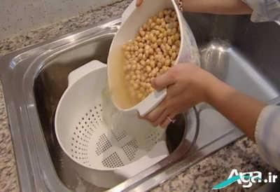 خیساندن نخود در آب برای طرز تهیه هوموس