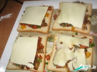 قرار دادن پنیر پیتزا بر روی نان تست