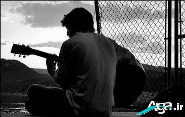 پسر تنها گیتار زن