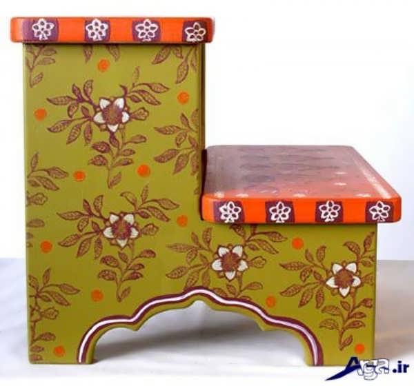 نقاشی روی میز چوبی