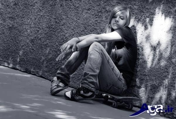 عکس دختر تنها کنار دیوار