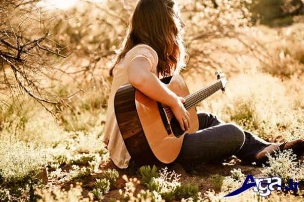 عکس دختر تنها و گیتار
