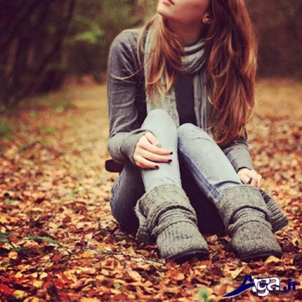 عکس دختر تنها روی برگ ها