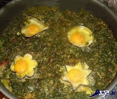 اضافه کردن تخم مرغ به اسفناج