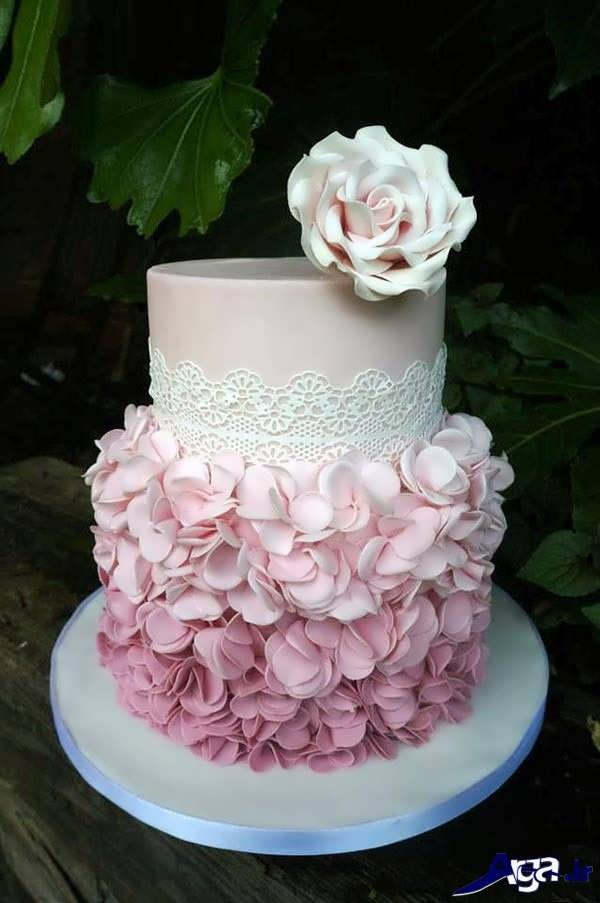 Decorate a cake with fondant icing paste (3)