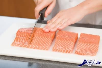 تکه کردن ماهی سالمون در برش های دلخواه