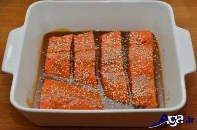 خوابانیدن ماهی سالمون در سس سویا و عسل