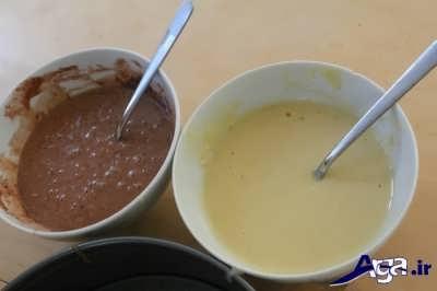 ریختن پودر کاکائو و آرد سفید در درون مایه کیک زبرا
