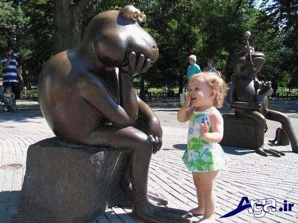 عکس جالب خنده دار مجسمه و کودک