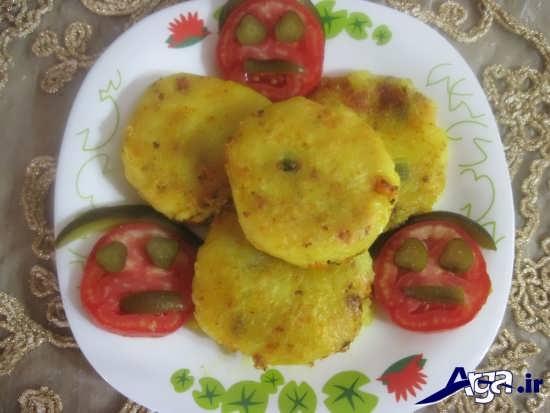 تزیین کتلت با خیار شور و گوجه