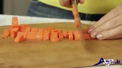خرد کردن هویج برای طرز تهیه سالاد میوه