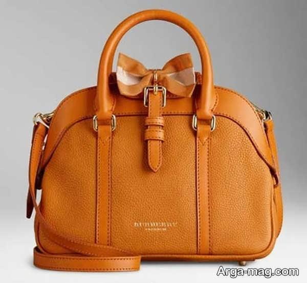 مدل زیبایی از کیف چرم
