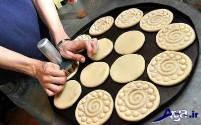 ایجاد کردن طرح با کمک مهر مخصوص بر روی خمیر کلوچه فومن