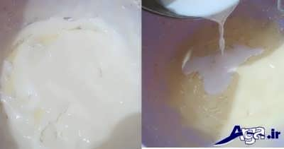 اضافه کردن شیر به مواد خمیر کلوچه فومن