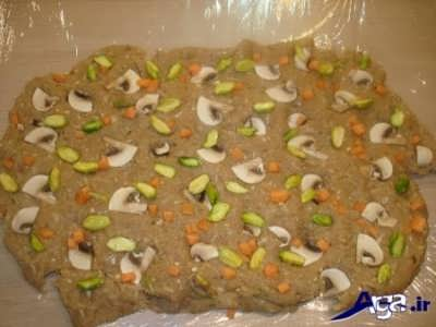 قرار دادن سبزیجات در درون خمیر کالباس