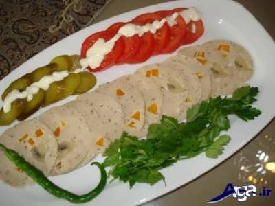 تزیین کالباس با خیار شور و گوجه و سس