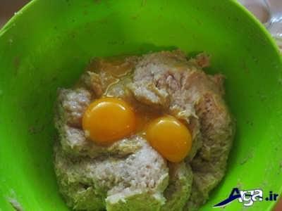 اضافه کردن زرده تخم مرغ به خمیر کالباس