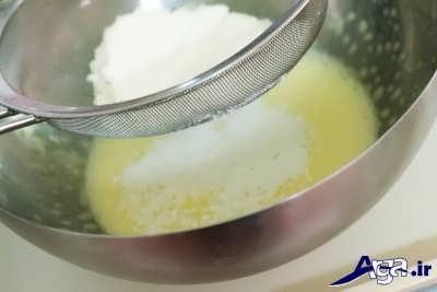 اضافه کردن آرد و وانیل و بیکینگ پودر به مایه کیک باقلوا