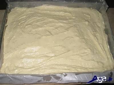 ریختن مایه کیک در درون قالب فر