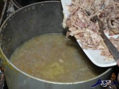 افزودن مرغ ریش ریش شده به سوپ جو