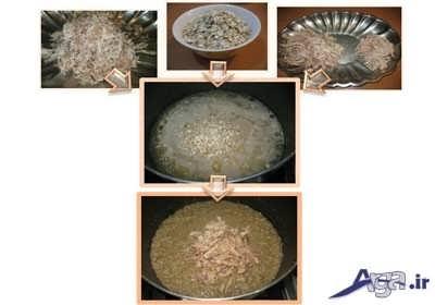 ریختن مرغ ریش ریش شده در درون سوپ