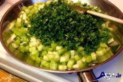 تفت دادن کرفس و سبزی های خرد شده در درون تابه