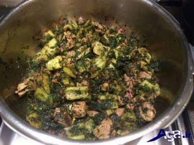 اضافه کردن سبزی و کرفس سرخ شده به گوشت