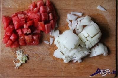 خرد کردن گوجه و سیر و پیاز